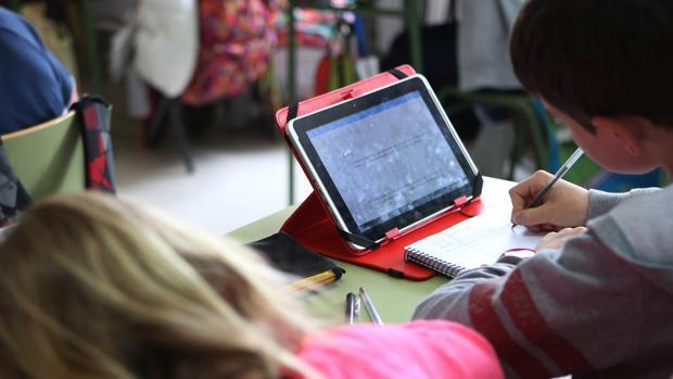 Alumnos utilizando tablets durante las clases