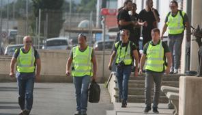 Agentes de la Guardia Civil abandonan la imprenta tras el registro de la imprenta