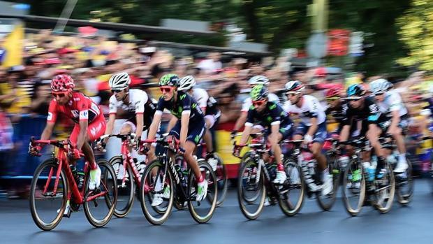 Unos ciclistas se aproximan a la meta en La Vuelta del año pasado