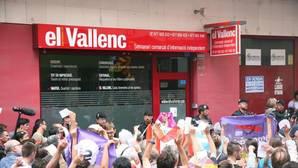 Manifestación ante los agentes de la Guardia Civil, que registran el semanrio El Vallenc