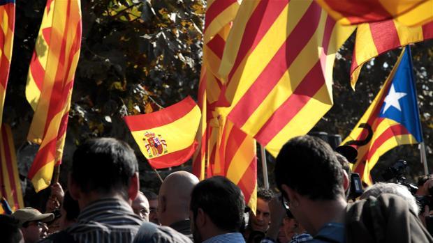 Banderas españolas e independentistas en una concentración ante el Parlamento catalán