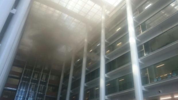 Imagen del humo en interior de la Ciudad de la Justicia de Valencia
