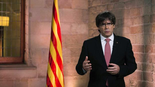 Fotografía facilitada por la Generalitat de Cataluña del presidente Carles Puigdemont durante la realización del tradicional mensaje institucional