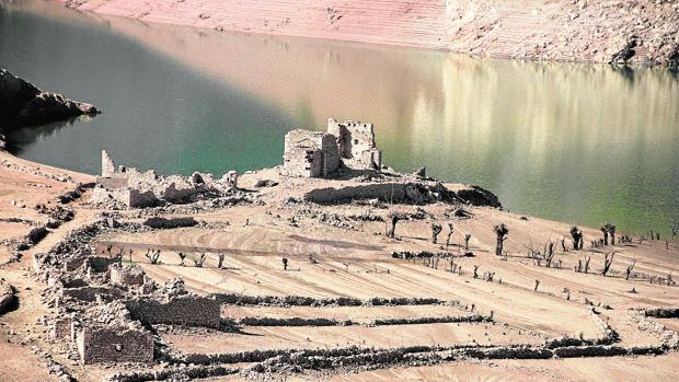 Con la bajada del nivel del agua se pueden ver restos de los pueblos indundados por el embalse leonés de Barrios de Luna