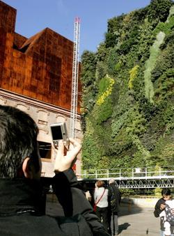 Fachada y jardín vertical de Caixa Forum Madrid