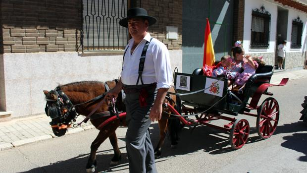Uno de los carros, tirado por un pony participante en el desfile