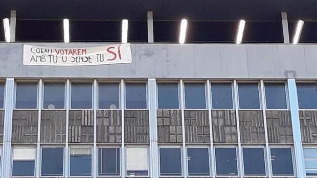 La CUP despliega una pancarta en el Ayuntamiento de Barcelona: «Colau, votaremos contigo o sin ti»