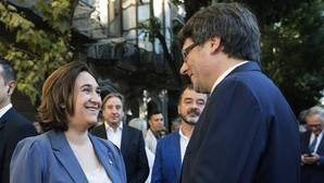 La alcaldesa de Barcelona, Ada Colau, junto al presidente de la Generalitat, Carles Puigdemont
