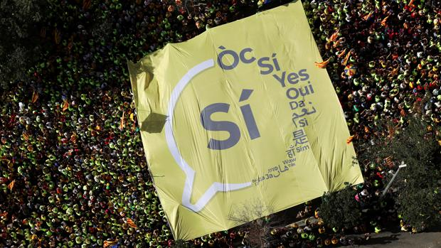 Pancarta en la manifestación de la Diada pidiendo el «Sí» para el referéndum ilegal del 1 de octubre