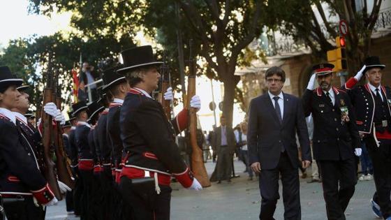 Puigdemont junto al mayor de los Mossos, Trapero, en la ofrenda floral de esta mañana