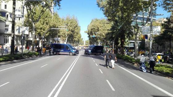 Furgonetas de los Mossos cruzadas en la Diagonal para evitar el paso de vehículos