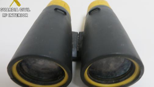 Imagen de los prismáticos intervenidos al detenido