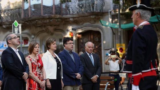 Miembros de la mesa del Parlament durante la ofrenda floral