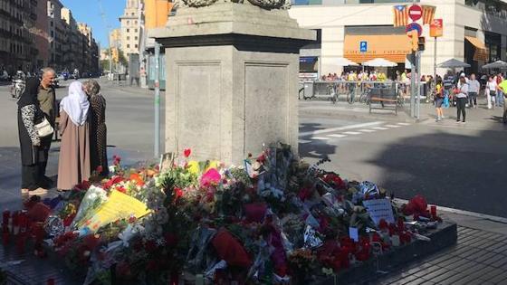 Flores depositadas en las Ramblas, en el punto donde entró la furgoneta del 17-A