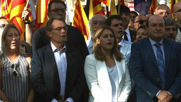 Artur Mas (2i), junto a Marta Pascal (2d) y Andoni Ortuzar (d), del PNV
