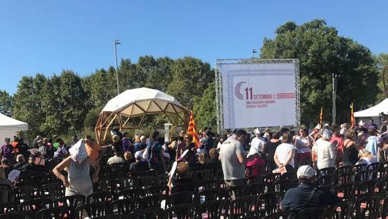 Ambiente en Santa Coloma a solo media hora del inicio del acto conjunto de Iglesias y Colau