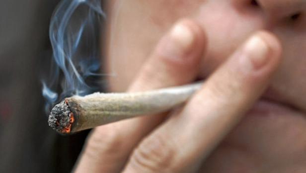 «Los adolescentes comienzan a fumar porros para ocultar un problema emocional»
