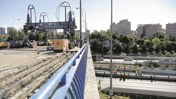 Obras para levantar el puente de la avenida del Mediterráneo