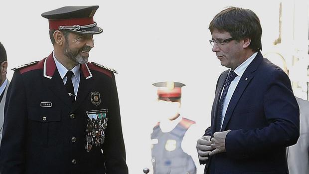 El presidente de la Generalitat, Puigdemont(d), junto al mayor de los Mossos d'Esquadra Josep Lluis Trapero (i)
