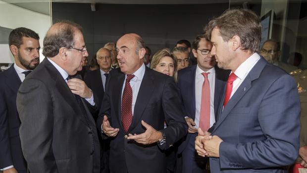 De Guindos conversa con Herrera en presencia de otras autoridades