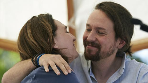 Pablo Iglesias se abraza a Ada Colau durante un acto celebrado este lunes con motivo de la Diada en Santa Coloma de Gramanet