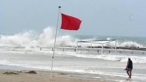 Imagen de archivo de una playa con bandera roja