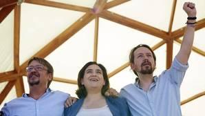 La alcaldesa Colau, entre el líder de Podemos, Pablo Iglesias, y el portavoz de En Comú Podem, Xavier Doménech