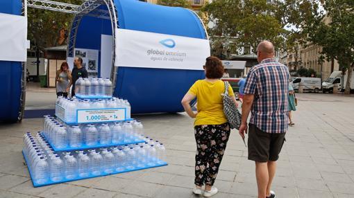 Imagen de la exposición de Global Omnium en la plaza del Ayuntamiento