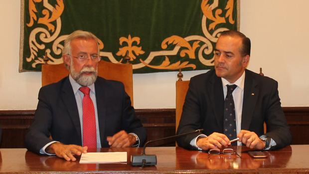 Julián Gregorio, a la derecha, junto con el alcalde de Talavera, Jaime Ramos, este martes en Talavera