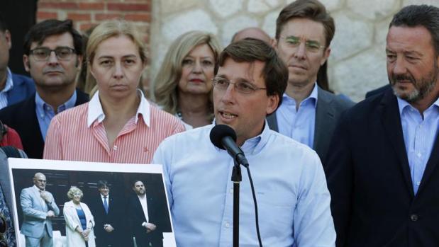 El portavoz del PP en el Ayuntamiento de Madrid, José Luis Martínez-Almeida, denuncia el acto de Matadero
