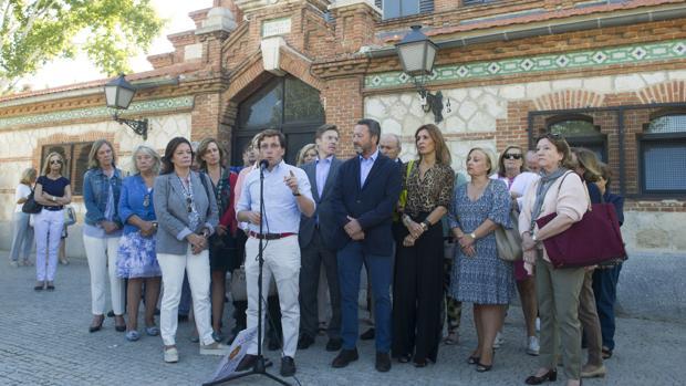 Los concejales municipales del PP, con su portavoz José Luis Martínez-Almeida, y varias diputadas regionales del PP, frente a la Nave de Terneras de Matadero