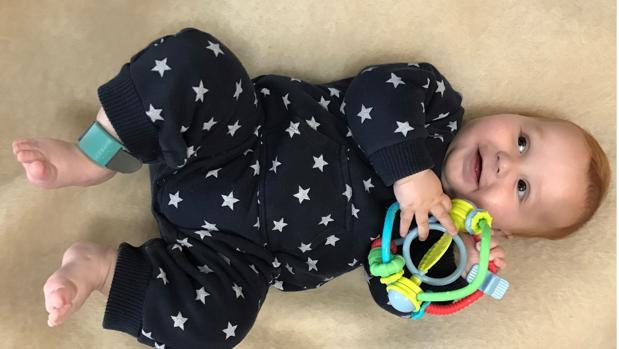 Imagen de un bebé con la pulsera