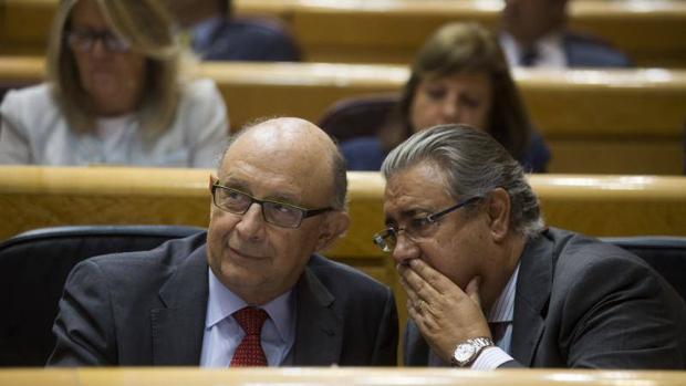 Los ministros Montoro y Zoido durante la sesión de control al Gobierno en el Senado