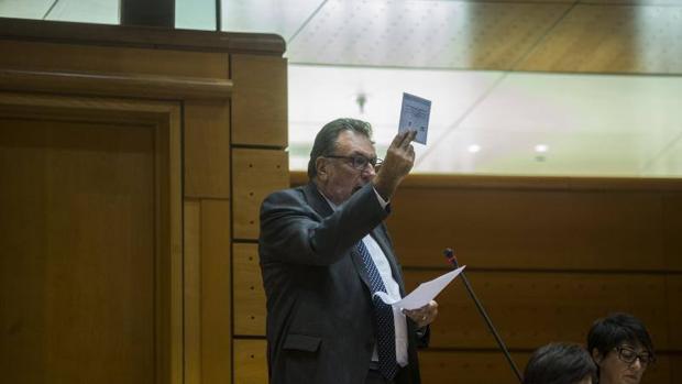 Un diputado del PdeCat exhibe una papeleta del pretendido referéndum del 1-O