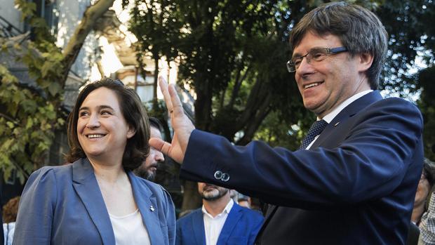 El presidente de la Generalitat, Carles Puigdemont, junto a la alcaldesa de Barcelona, Ada Colau (i)