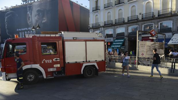 Los bomberos, a la entrada del Metro de Sol tras el incidente