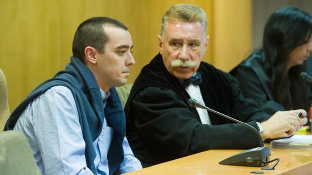 El procesado, junto a su letrado en el jucio, este martes