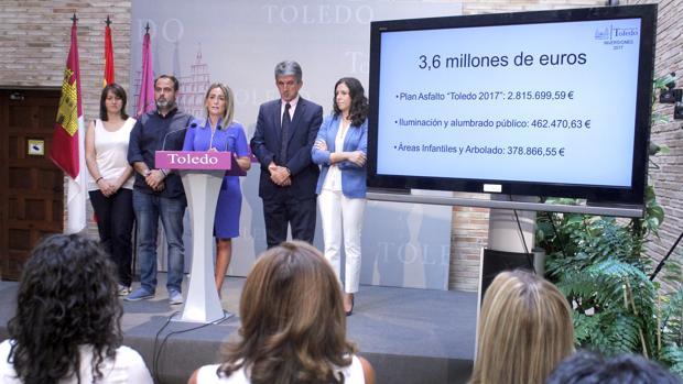 Milagros Tolón, en el centro, rodeada por los concejales Eva Jiménez, Javier Mateo, José Pablo Sabrido y Noelia de la Cruz