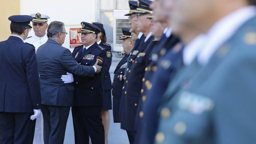 Imagen del ministro Zoido saludando a los mandos policiales