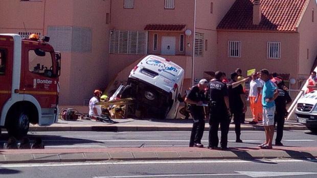 La furgoneta colgada del precipicio, tras el accidente