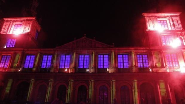 Fachada iluminada del edificio del ayuntamiento