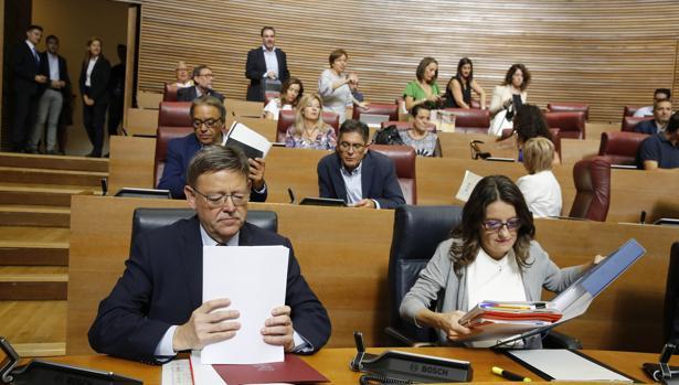 Imagen de Puig y Oltra tomada este miércoles en las Cortes Valencianas