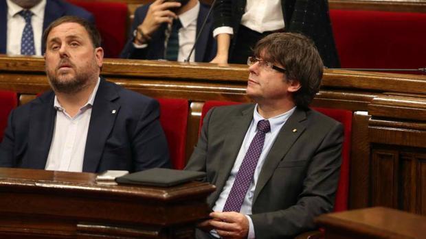 Puigdemont y Junqueras en el Parlamento catalán tras la aprobación de la ley del Referéndum