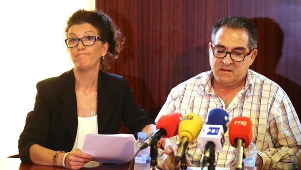 Los tíos de la pequeña Sara, Rosana y Pedro, en la rueda de prensa que ofrecieron tras la muerte de la pequeña