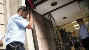 El mayor de los Mossos d'Esquadra, Josep Lluís Trapero (i), a su llegada a la Fiscalía