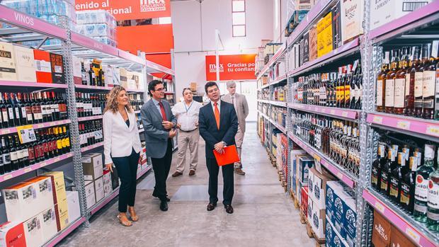Directivos del Grupo Dia y la directora de Mercalicante visitan el nuevo supermercado