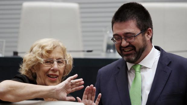 El concejal de Economía , Carlos Sánchez Mato -uno de los firmantes-, conversa con Manuela Carmena