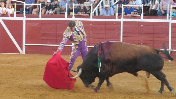 Eugenio de Mora, toreando con la diestra al astado del triunfo