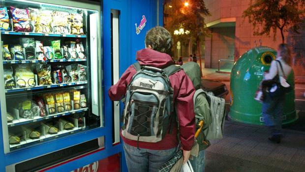 Imagen de archivo de una máquina expendedora de alimentación