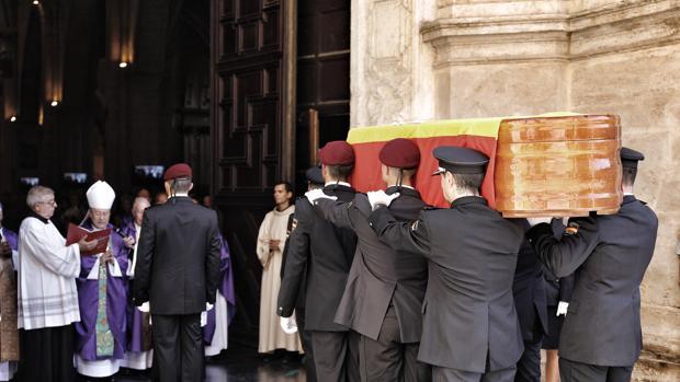 Imagen del féretro con los restos mortales del subinspector Gámez